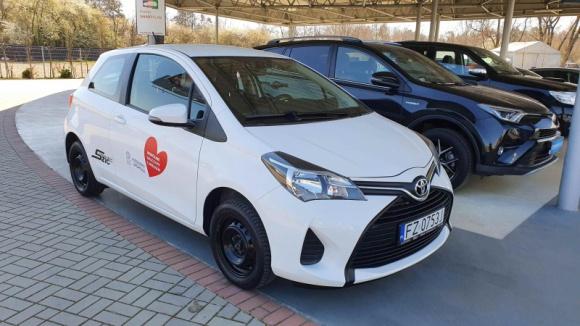 Toyota Financial Services przekazuje samochody dla szpitali zakaźnych LIFESTYLE, Finanse - Toyota Financial Services dołącza do akcji #jedziemyzpomoca, w ramach której wyposaży szpitale zakaźne we flotę samochodów. Obiekty polskiej służby zdrowia walczące obecnie z epidemią koronawirusa otrzymają 20 aut, które posłużą do celów transportowych.
